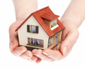 mani che proteggono una casa
